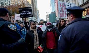 Manifestantes sabotean ventas del 'Black Friday' en Ferguson