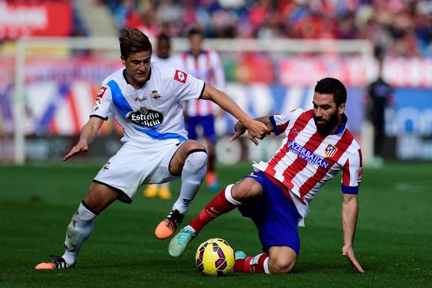 El Atlético gana al Deportivo en partido marcado por la muerte de un hincha
