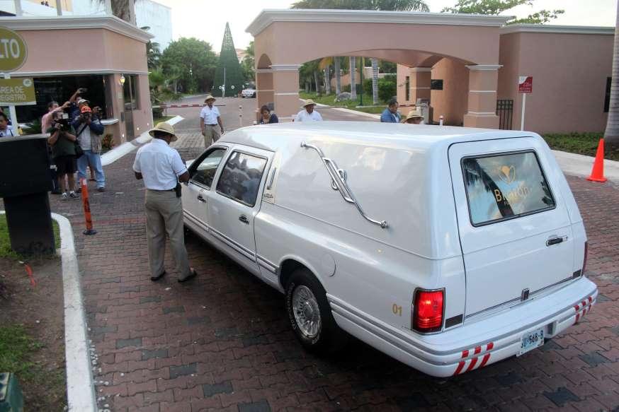 Avión con el cuerpo de Chespirito vuela de Cancún hacia Ciudad de México